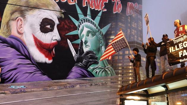 In den USA organisiert sich nun der Widerstand (Bild: AFP/RHONA WISE, AFP/DEREK HENKLE)