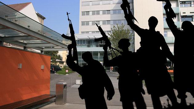 Ein Gebetsraum in der Uniklinik St. Pölten soll als Terror-Treff genutzt worden sein. (Bild: Flickr.com/Emre Demirbilek, thinkstockphotos.de)