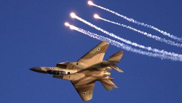 Ein israelischer F-15-Kampfjet beim Abschuss von Täuschkörpern (Bild: AFP)
