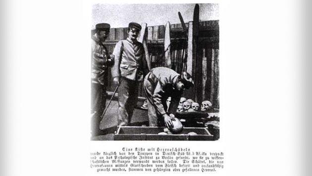 1905 in Deutsch-Südwestafrika: Soldaten verpacken Schädel von Herero für den Transport nach Berlin. (Bild: Wikipedia)