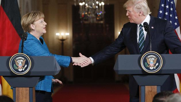 Peinlicher Moment durch verweigerten Handschlag (Bild: AP)