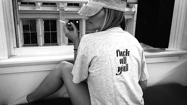 """Rita Ora schleudert der Welt ein """"F...t euch alle"""" entgegen. (Bild: Viennareport)"""