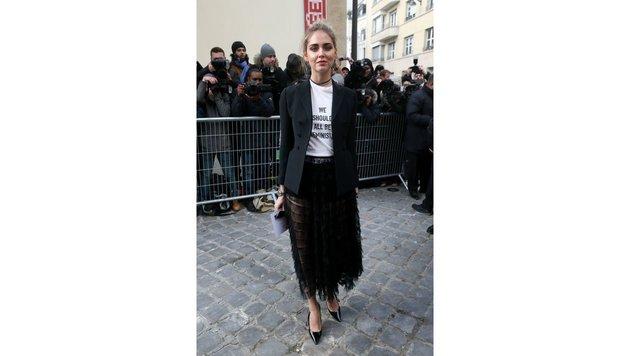 Fashionista Chiara Ferragni kombiniert das T-Shirt zu einem schwarzen Rock. (Bild: Viennareport)