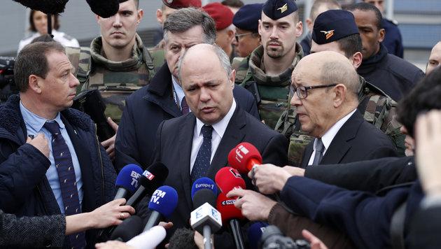 Innenminister Bruno Le Roux (Bildmitte) und Verteidigungsminister Jean-Yves Le Drian (rechts) (Bild: AFP)