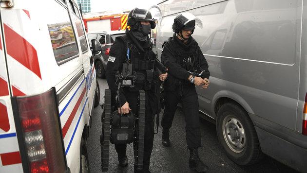 Soldatin und Polizisten attackiert - Täter tot (Bild: AFP)