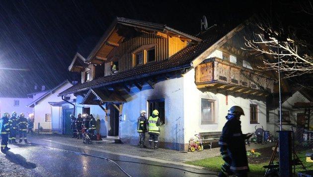 Vier Feuerwehren löschten die Flammen, verhinderten ein Ausbreiten des Brandes (Bild: Daniel Scharinger)