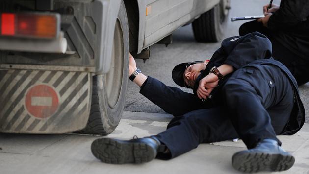 Ein Mitarbeiter der Bundesanstalt für Verkehr bei einer LKW-Kontrolle am Grenzübergang Klingenbach (Bild: APA/ROBERT JAEGER)