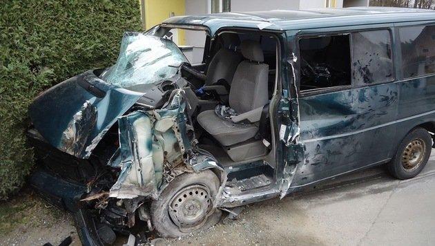 In Vasoldsberg wurde der Lenker dieses Pkw schwerstens verletzt (Bild: FF Vasoldsberg)