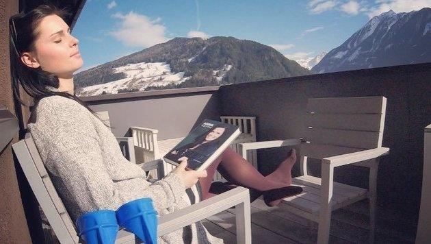 Anna Veith genießt trotz Verletzung die Sonne! (Bild: facebook.com/Anna Veith)