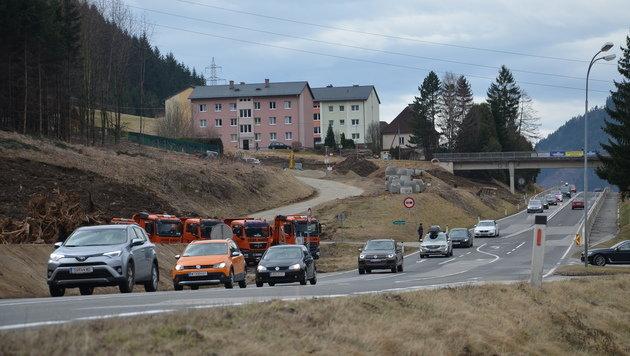 Noch wälzen sich die Autokolonnen über die Bundesstraße durch die Gemeinde Unzmarkt-Frauenburg. (Bild: Jakob Traby)
