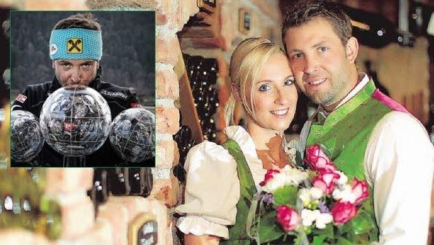 Andreas Prommegger bei der Hochzeit mit Susi 2013 und beim Kuss einer seiner Weltcup-Kugeln. (Bild: Andreas Tröster)