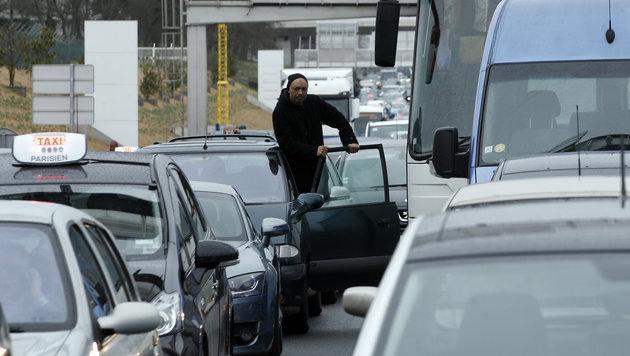 Soldatin und Polizisten attackiert - Täter tot (Bild: AP)