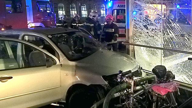 18-Jährige rast mit Auto in Wiener U-Bahn-Station (Bild: Berufsrettung Wien)