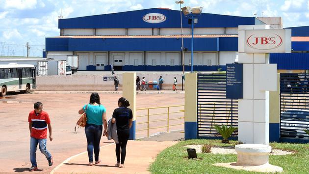 Ein Hühnerschlachthof des weltweit größten Fleischproduzent JBS (Bild: AFP)