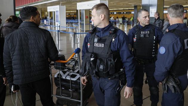 Verstärkte Kontrollen am Flughafen Paris-Orly einen Tag nach dem Angriff (Bild: AP)