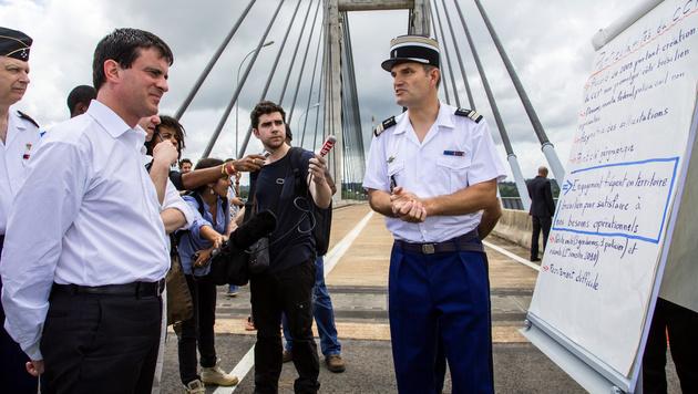 Frankreichs Ex-Premier Manuel Valls (li.) 2013 bei einem Besuch der Brücke. (Bild: AFP)