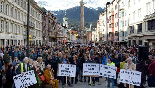 Die Maria-Theresien-Straße in Innsbruck war bei der Demo gegen die Stadtpolitik gut gefüllt. (Bild: FISCHER ANDREAS)