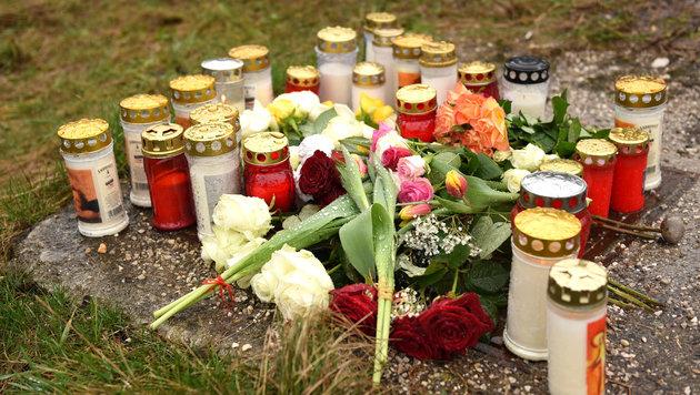 Ein Meer an Kerzen erinnert am Unfallort an Katharina Wiesmayr (16). (Bild: Wolfgang Spitzbart)