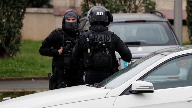 Mit einem Großaufgebot durchsuchte die Polizei die Wohnung des Angreifers. (Bild: AFP)