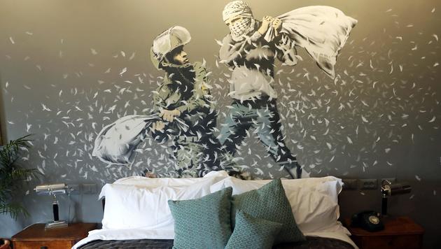 Ein Schlafzimmer im Banksy-Hotel (Bild: Thomas COEX/AFP)