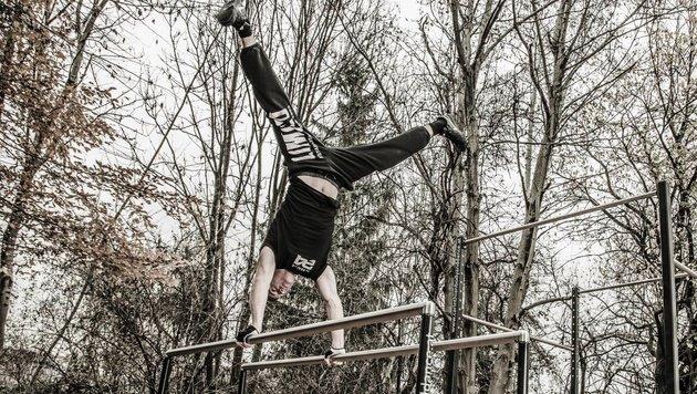 Eine beliebte Übung für Calisthenic-Sportler: Handstand am Barren (Bild: Schuppe)