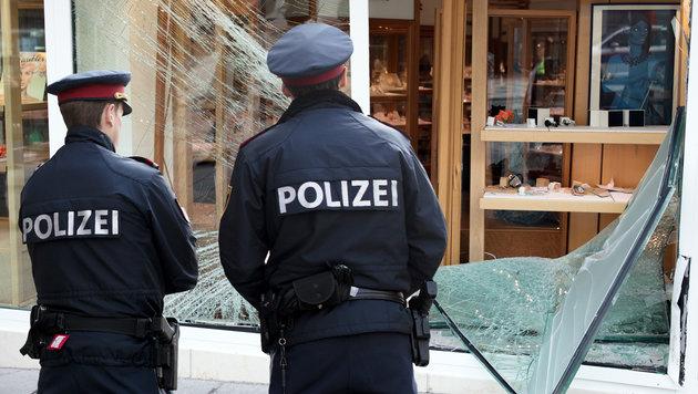 Die Auslage des Juweliers in der Meidlinger Hauptstraße wurde demoliert. (Bild: APA/GEORG HOCHMUTH)