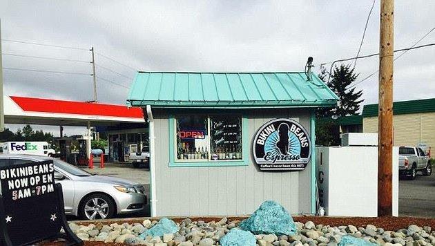 In diesem kleinen Laden geht es heiß her, die Baristas servieren oben ohne mit Nippelpickerln. (Bild: Bikini Beans Espresso)