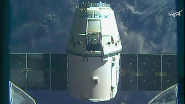"""Die Raumkapsel """"Dragon"""" kurz nach dem Abdocken von der ISS (Bild: NASA TV)"""