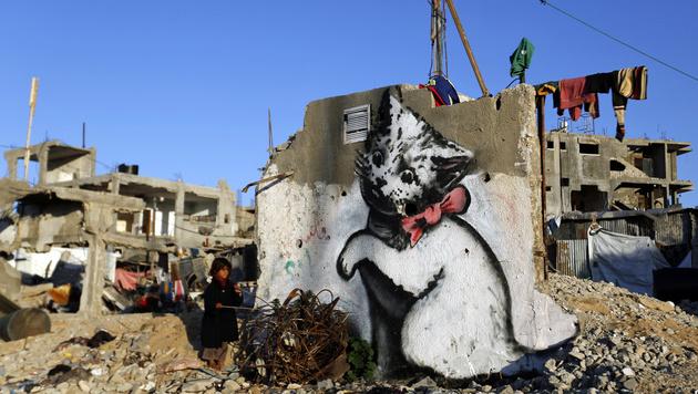 Ein Banksy-Kunstwerk in der Ruinenlandschaft von Beit Hanun im Gazastreifen (Bild: MOHAMMED ABED/AFP)