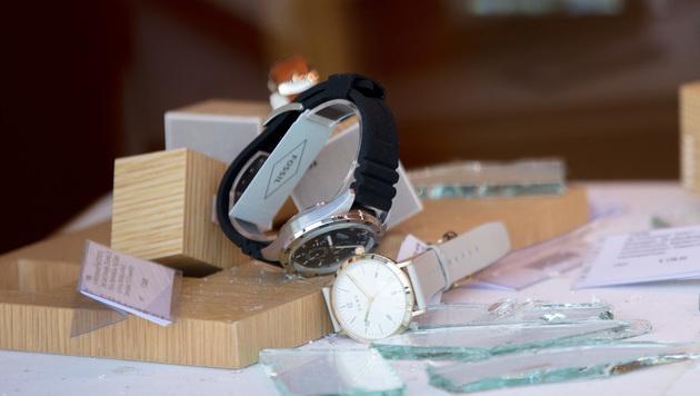 Zwei Uhren in der mit Scherben übersäten Auslage (Bild: APA/GEORG HOCHMUTH)