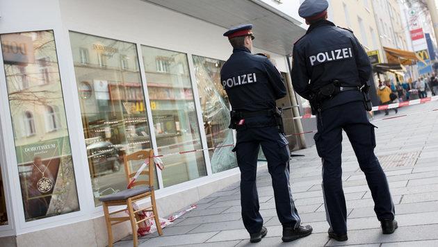 Zwei Polizisten sichern den Tatort. (Bild: APA/GEORG HOCHMUTH)