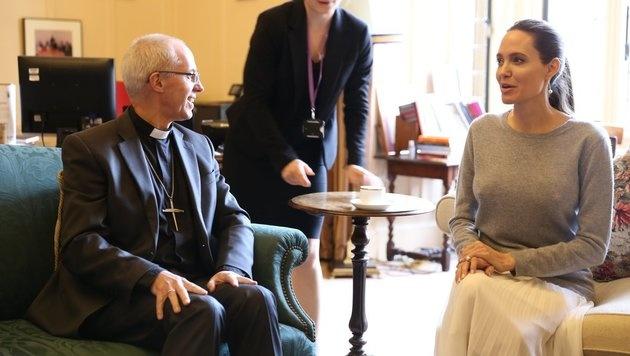 Angelina Jolie sorgte beim Erzbischof von Canterbury für ein kleines Nippelgate. (Bild: twitter.com/JustinWelby)