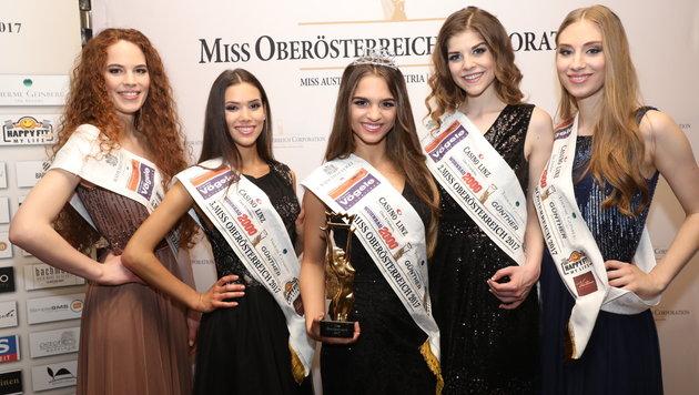 Siegerin Bianca Kronsteiner mit den vier anderen Finalistinnen im Linzer Casino. (Bild: Heli Mayr)