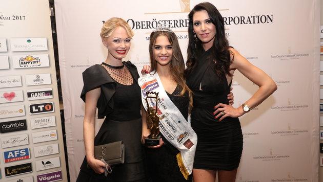 Miss OÖ Bianca Kronsteiner (M.) mit den Missen-Macherinnen Janin Baumann (l.) und Nicole Kern. (Bild: Heli Mayr)