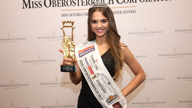 Die neue Miss OÖ Bianca Kronsteiner zeigt stolz ihre Trophäe. (Bild: Heli Mayr)