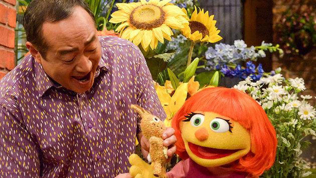"""Mit der Puppe namens Julia greift die """"Sesamstraße"""" das Thema Autismus auf. (Bild: ASSOCIATED PRESS)"""
