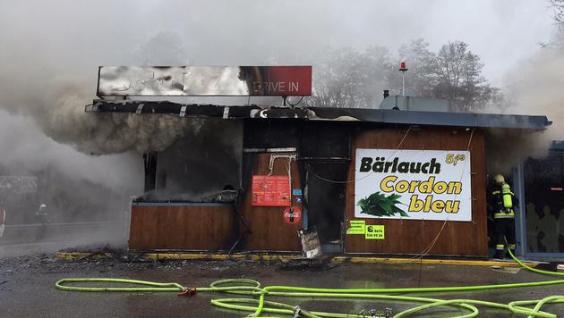 Imbisslokal in Krems wurde Raub der Flammen (Bild: FEUERWEHR KREMS/GERNOT ROHRHOFER)