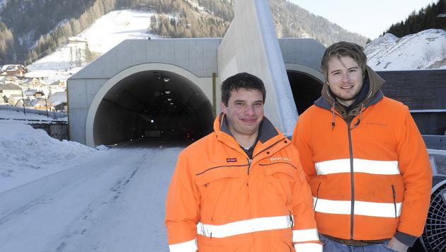 Josef Heiß und Andreas Schaidreiter von der Asfinag vor dem Nordportal. (Bild: ROLAND HOLITZKY)