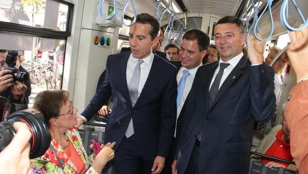 Kern (mit Minister Leichtfried und dem steirischen SP-Chef Schickhofer) war auch in Graz in der Tram (Bild: Christian Jauschowetz)