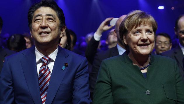 Merkel und Abe eröffnen Hightech-Messe CeBIT (Bild: AFP)