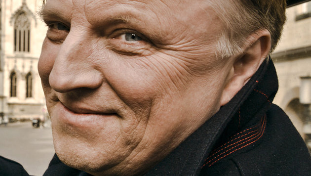 """Tatort""-Kommissar Prahl im Netz betrogen (Bild: WDR/Markus Tedeskino)"