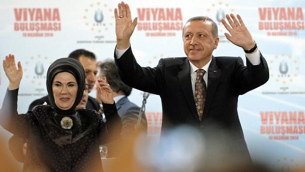 Der türkische Präsident Recep Tayyip Erdogan (damals noch Premier) lässt sich 2014 in Wien huldigen. (Bild: APA/HANS PUNZ)
