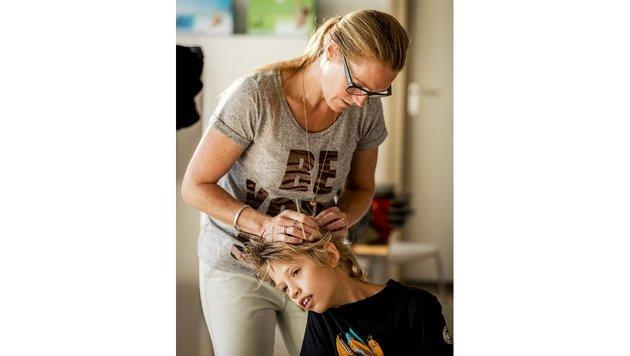 Lauskontrolle bei einem Schulkind (Bild: AFP)