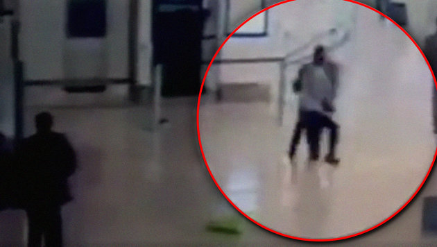 Das veröffentlichte Video zeigt, wie sich der Angreifer auf die Soldatin stürzt. (Bild: twitter.com)