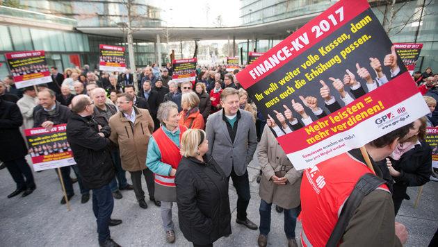 Bankangestellte gehen für mehr Lohn auf Straße (Bild: APA/GEORG HOCHMUTH)