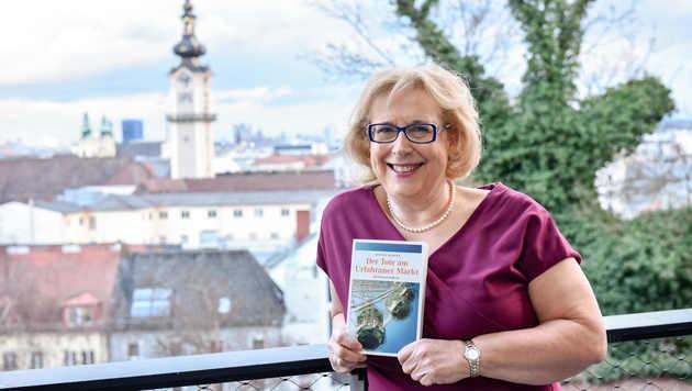 """Die Linzer Autorin Ingeborg Rauchberger mit ihrem neuesten Werk """"Der Tote am Urfahraner Markt"""". (Bild: Markus Wenzel)"""