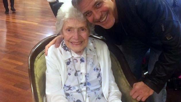 Pat Adams wurde von George Clooney zum 87. Geburtstag überrascht. (Bild: AP)