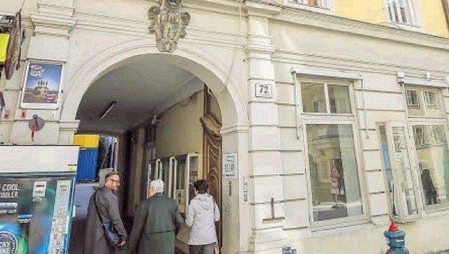 Das Gebäude in der Linzergasse 72 fasst 12 Wohnungen, neun Geschäfte, soll 2018 saniert werden. (Bild: Andreas Tröster)