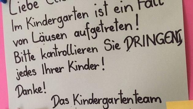 Für Eltern der Horror: Die Infotafel im Kindergarten meldet das Auftreten von Läusen. (Bild: Pamela Fidler-Stolz)