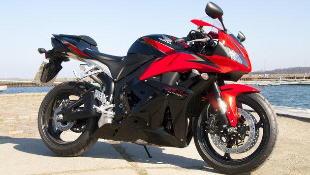 Der Raser war mit einem Motorrad, ähnlich diesem, vom Typ Honda CBR 600 unterwegs. (Bild: Wikipedia.com/ace02000 (Symbolbild))
